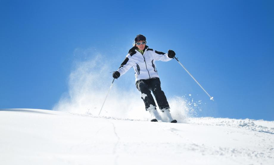 Skiier coming down the hill